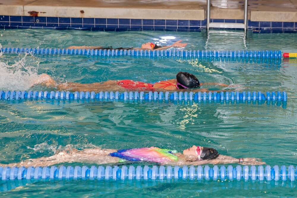 kids learning to swim